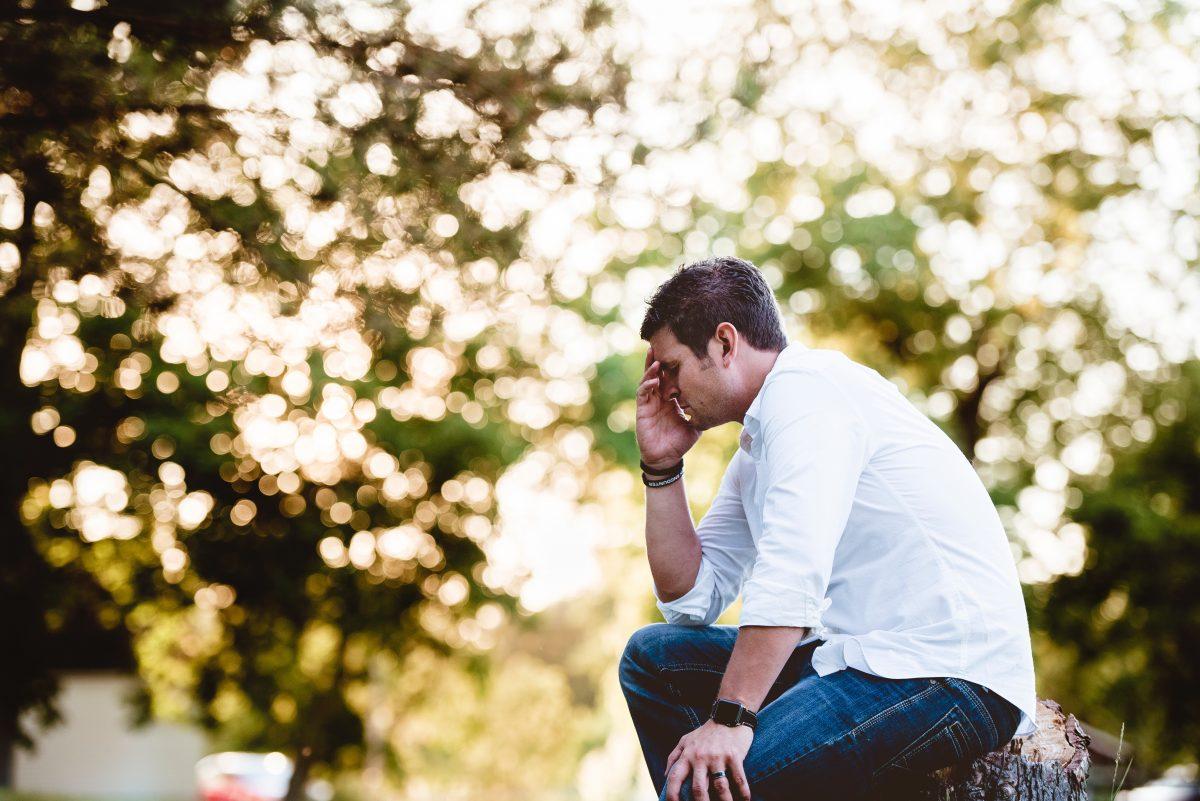 Ledsen man som funderar
